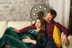 Echtgenoot en zwangere vrouw stock foto