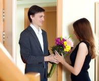 Echtgenoot huidige bloemen aan zijn jonge vrouw Stock Fotografie