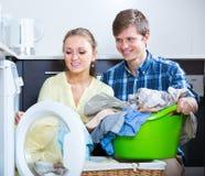 Echtgenoten die regelmatige wasserij doen stock fotografie