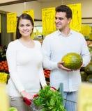 Echtgenoten die veggies in opslag kiezen Stock Foto's