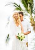Echtpaar, bruid en bruidegom die gehuwde, Tropische weddin krijgen Royalty-vrije Stock Afbeeldingen