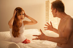 Echtpaar die in bed debatteren Stock Foto's
