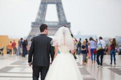 Echtpaar die enkel aan de toren van Eiffel lopen stock fotografie