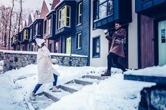 Echtpaar die enkel van hun eerste winter samen genieten royalty-vrije stock fotografie
