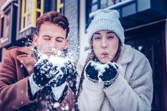 Echtpaar die enkel veel pret hebben die met sneeuw spelen royalty-vrije stock fotografie