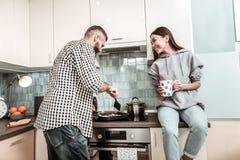 Echtpaar die enkel verbazend kokend ontbijt samen voelen stock foto