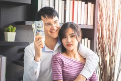 Echtpaar die rijk aan zaken worden stock foto