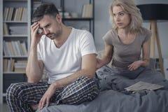 Echtpaar die in slaapkamer debatteren stock foto's