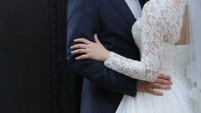 Echtpaar enkel in de handen van de liefdeholding, gelukkige man en vrouw in liefde stock video