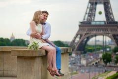 Echtpaar enkel dichtbij de toren van Eiffel Stock Foto