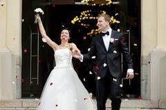 Echtpaar enkel onder een regen van bloemblaadjes royalty-vrije stock foto's