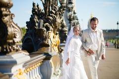 Echtpaar enkel op Alexandre III brug royalty-vrije stock afbeeldingen