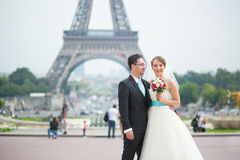 Echtpaar enkel in Parijs dichtbij de toren van Eiffel stock foto's