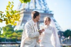 Echtpaar enkel in Parijs dichtbij de toren van Eiffel Royalty-vrije Stock Afbeeldingen