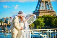 Echtpaar enkel in Parijs dichtbij de toren van Eiffel Royalty-vrije Stock Foto's