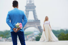 Echtpaar enkel in Parijs, Frankrijk Stock Afbeeldingen