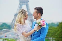 Echtpaar enkel in Parijs, Frankrijk Stock Afbeelding
