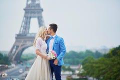 Echtpaar enkel in Parijs, Frankrijk Stock Foto's