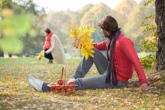 Echtpaar het besteden tijd in het park Stock Foto