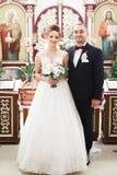 Echtpaar het stellen in een kerk na ceremonie royalty-vrije stock afbeelding