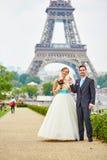 Echtpaar in Parijs dichtbij de toren van Eiffel royalty-vrije stock afbeelding