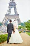 Echtpaar in Parijs dichtbij de toren van Eiffel stock foto