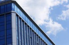 Eckansicht der Bürohausfenster Stockfotos