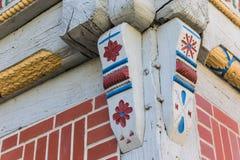 Eckdetail eines bunten Fachwerk- Hauses in Verden lizenzfreies stockfoto