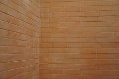 Ecke der braunen Backsteinmauer Lizenzfreies Stockfoto