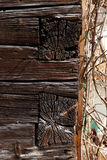 Ecke der Fassade des alten Holzhauses mit Überschneidungsholzbalkenbau Lizenzfreies Stockbild