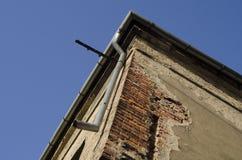 Ecke des alten unbenutzten Hauses mit Himmel im Hintergrund Lizenzfreie Stockfotografie
