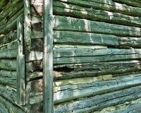 Ecke des alten verwitterten Blockhausgebäudes Lizenzfreies Stockfoto