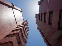 Ecke des braunen Doppelwohngebäudes Stockbilder