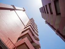 Ecke des braunen Doppelwohngebäudes Lizenzfreie Stockfotos