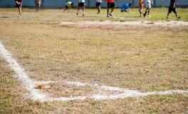 Ecke des Fußballplatzes und des Spielers Stockfotos
