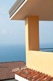 Ecke des Hauses mit Seehintergrund Lizenzfreie Stockfotografie