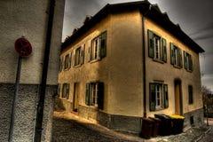 Ecke des Hauses mit Weinlesefenstern Stockbilder