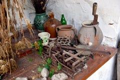Ecke des Hauses voll mit Antiquitäten Stockfoto