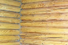 Ecke des Hauses wird von den hölzernen Klotz und von entwirrtem Seil errichtet Stockbild