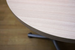 Ecke des Holztischs im Büro lizenzfreie stockbilder