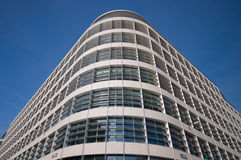 Ecke des intelligenten schauenden Gebäudes gegen blauen Himmel Lizenzfreies Stockfoto