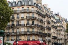 Ecke des typischen Hauses mit Balkon in Heiliges Germsain-Bezirk paris Lizenzfreies Stockbild