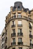 Ecke des typischen Hauses mit Balkon in Paris, Stockfotos