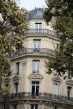 Ecke des typischen Hauses mit Balkon in Paris, Lizenzfreie Stockfotografie
