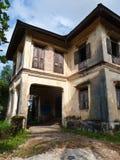 Ecke des verwitterten Weinlesebritischen Kolonialhauses in südlichem B Stockfotografie