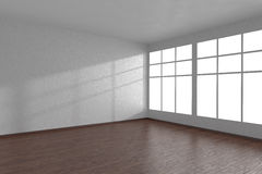 Ecke des weißen leeren Raumes mit großen Fenstern und dunklem Parkett Lizenzfreie Stockfotos
