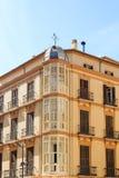 Ecke des Wohngebäudes mit Erkerfenstern Stockfotografie
