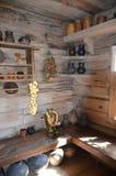 Ecke in einem Holzhaus mit Tellern und Produkten an einem sonnigen Tag lizenzfreies stockfoto