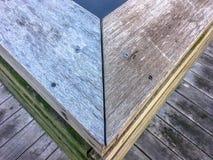 Ecke einer hölzernen Schiene auf einem Treppenhausschacht lizenzfreie stockbilder