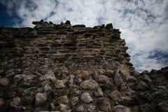 Ecke einer Steinwand mit Himmelhintergrund Stockbilder